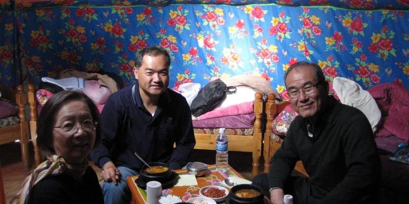 """2009년 9월 몽골선교<br> """"게르""""(이동식 몽골 천막) 안에서 숙박하고, 아침식사를 하는 김정복 목사 ..."""